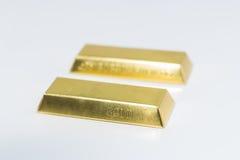 2 золота в слитках на белой предпосылке Стоковые Изображения
