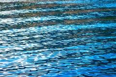 золотистая поверхностная вода пульсаций Стоковые Изображения