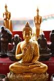 Золотистое изображение Будды в позиции усаживания Стоковая Фотография RF