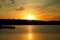 золотистое озеро над заходом солнца Стоковая Фотография RF