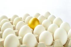 Сярприз - золотистое яичко Стоковая Фотография RF