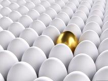 Золотистое яичко стоя вне от других 3d представляют стоковые фото