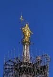Золотистое Madonnina на крыше собора Duomo, Милана, Италии стоковое изображение