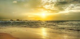 золотисто над заходом солнца моря панорама стоковые изображения