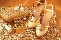 золотисто Одежды и аксессуары женщин ботинки способа Роскошное je Стоковые Фото