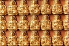Золотистые изображения Будды на стене Стоковые Изображения