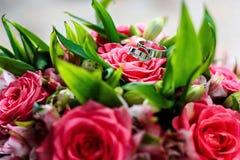 золотистые кольца wedding Карточка свадьбы, приветствие дня валентинки венчание переднего плана фокуса 3 букетов Стоковая Фотография RF