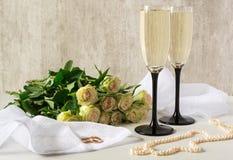 золотистые кольца wedding 2 стекла ожерелья шампанского и жемчуга Стоковое Изображение