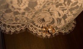золотистые кольца wedding стоковые изображения rf