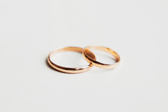 Золотистые обручальные кольца на белой предпосылке Стоковые Фотографии RF