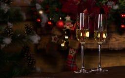 Золотое вино на элегантных стеклах каннелюры на таблице Стоковые Изображения