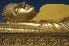 Золотое возлежа небо Таиланд Будды и Dhammajak голубое Стоковая Фотография RF