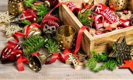 Золотое и красное рождество орнаментирует ветви рождественской елки Стоковое Изображение
