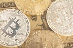 Золотое и серебряное bitcoin с u S Доллар Стоковые Фотографии RF