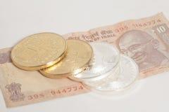 Золотое и серебряное bitcoin чеканит на индейце 10 рупий Стоковая Фотография RF