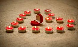 Золотое кольцо в середине формы сердца свечи Стоковое Изображение RF