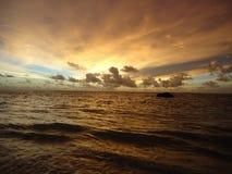 Золотое небо и штиль волны Стоковая Фотография RF