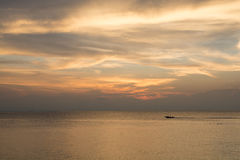 Золотое небо над морем Стоковые Изображения