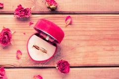 Золотое обручальное кольцо в коробке сердца форменной Стоковая Фотография