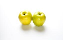 2 золотое - очень вкусные яблоки на белом счетчике Стоковые Изображения