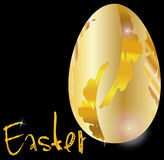 Золотое пасхальное яйцо на черноте Стоковые Фото