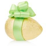 Золотое пасхальное яйцо с смычком стоковая фотография rf