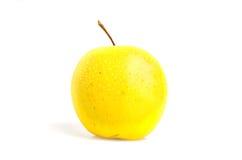 Золотое яблоко с водой падает крупный план изолированный на белизне Стоковая Фотография