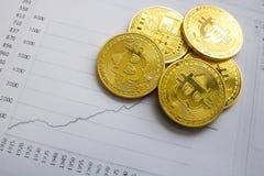 Золотое bitcoin на предпосылке диаграммы торгуя концепция секретной валюты Стоковая Фотография
