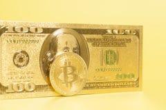 Золотое bitcoin с золотым u S Доллар Стоковые Изображения