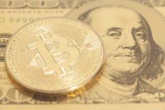 Золотое bitcoin с u S Доллар Стоковые Фото