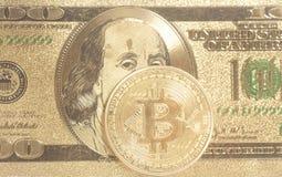 Золотое bitcoin с u S Доллар Стоковые Фотографии RF