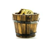 Золотое Bitcoins в бочонке Символ цифров новой виртуальной валюты на предпосылке изолята Стоковое фото RF