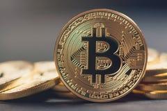 Золотое Bitcoins новые виртуальные деньги Стоковое Изображение
