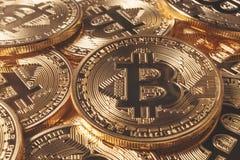 Золотое Bitcoins новые виртуальные деньги Стоковые Изображения RF