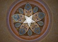 Золотое Chandlier в шейхе Zayed Мечети, звездообразовании, нижнем взгляде Стоковые Изображения RF