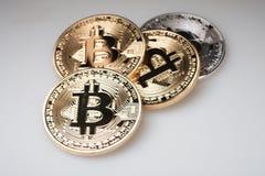 Золотое cryptocurrency bitcoin на белой предпосылке Стоковые Изображения