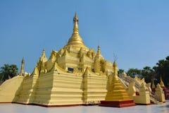 Золотое paya в комплексе Shwe Sar Yan буддийском в Thaton, Мьянме Стоковое Фото