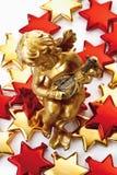 Золотое putto на золотых и красных звездах Стоковое Изображение RF