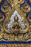 Золотое Yaksha перед серебром и голубыми плитками зеркала стоковое изображение rf