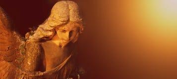 Золотой ангел в солнечном свете (античная статуя) Стоковое Изображение RF