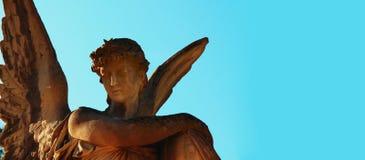 Золотой ангел в солнечном свете (античная статуя) Стоковые Фотографии RF