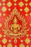 Золотой ангел на искусстве красной стены тайском Стоковые Изображения