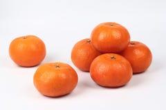 Золотой апельсин на белой предпосылке, отпраздновать для китайского фестиваля Стоковые Изображения RF