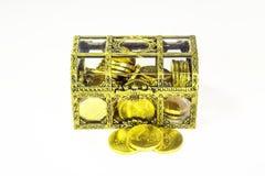 Золотой ларец и золотые монетки стоковые изображения