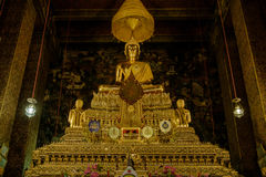 Золотой Будда в зале, виске Wat Phra Chetupon Vimolmangklararm Wat Pho, Таиланде Стоковое Фото