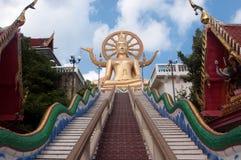 Золотой Будда на голубом небе Стоковые Фото