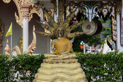 золотой Будда с змейкой 9 голов стоковая фотография