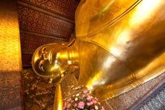 Золотой возлежа Будда в Wat Pho Стоковые Фотографии RF