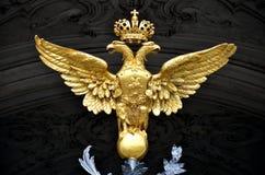 Золотой двойной возглавленный орел как русский герб страны Стоковая Фотография