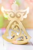Золотой держатель для свечи ангела рождества, предпосылка яркого блеска с красочным confetti освещает, поздравительная открытка,  Стоковое фото RF